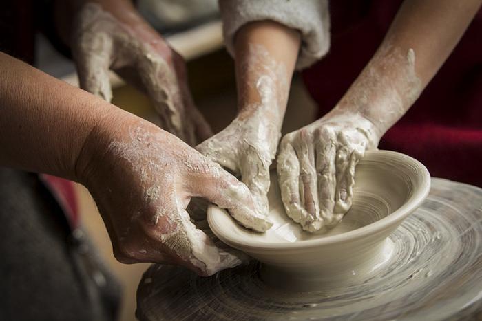 māls, keramika, keramikas darbnīca, keramikas nodarbība, bērniem, ģimenei, ekskursija, dāvana, dāvanu karte, visai ģimenei, labs, laba, darbošanās, ar mālu, uzņēmumiem, kolektīvs, kolektīva izklaide, ekskursija visai ģimenei, vidzemes podnieki, Ingrīda, Žagata, cepļi, melnā keramika, pašu gatavots, paštaisīts,